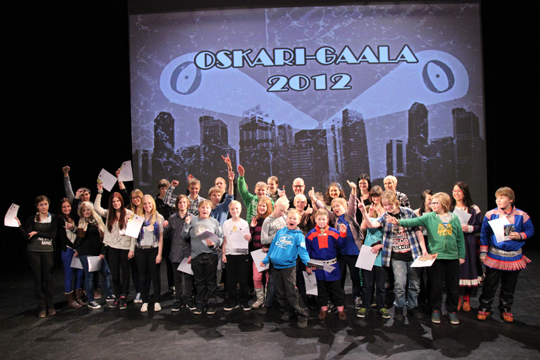 Palkittu lapsiryhmä iloitsee Oskari-gaalassa 2012.