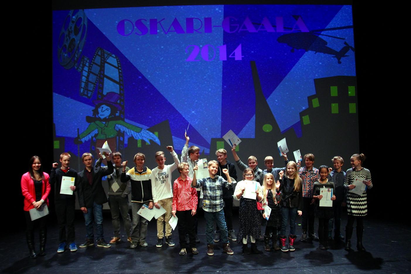 Palkittu lapsiryhmä iloitsee Oskari-gaalassa 2014.