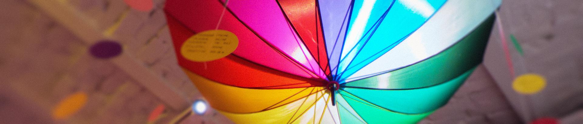Koristekuva: värikäs suuri sateenvarjo.